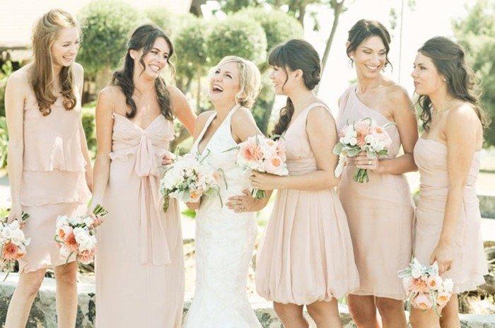 Стиль лофт тем и хорош, что не требует костюмирования. Даже подружкам невесты шить одинаковые платья не обязательно – достаточно того, что они будут одного оттенка и из похожей ткани. Друзей жениха можно нарядить в брюки и клетчатые или полосатые рубашки, к однотонным теннискам можно добавить стильную бабочку.