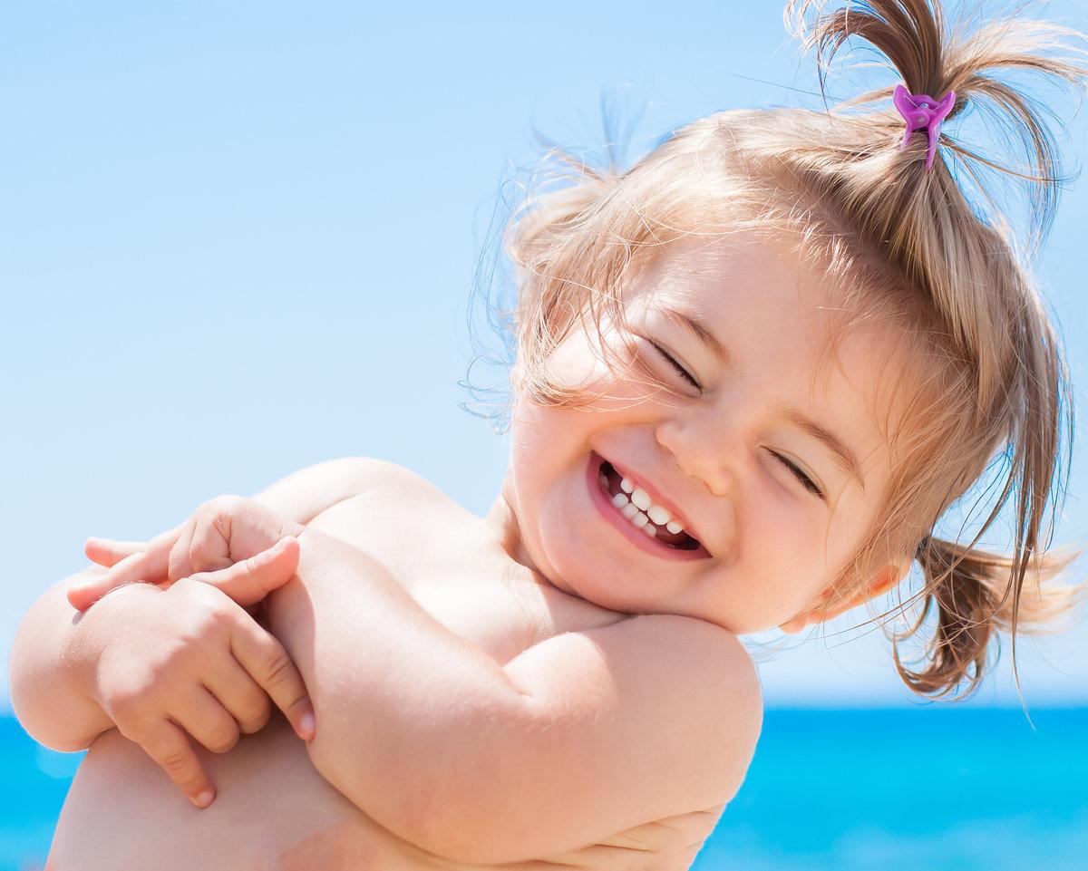 Радостная картинка смешной девочки, брату открытки двое