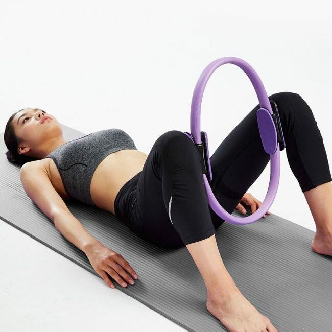 Кольцо для пилатеса, упражнения с которым помогут привести тело в форму – недорогой и эффективный тренажер. Комплексы для ног, спины и талии