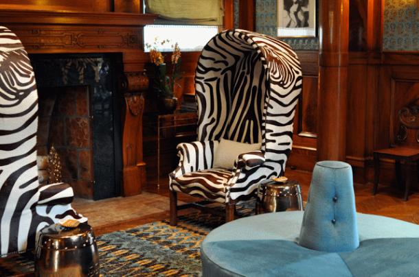 Выбирайте ковер с одноименным рисунком, если остальные предметы комнаты лаконичных форм: простой силуэт дивана, кресел и журнального столика.