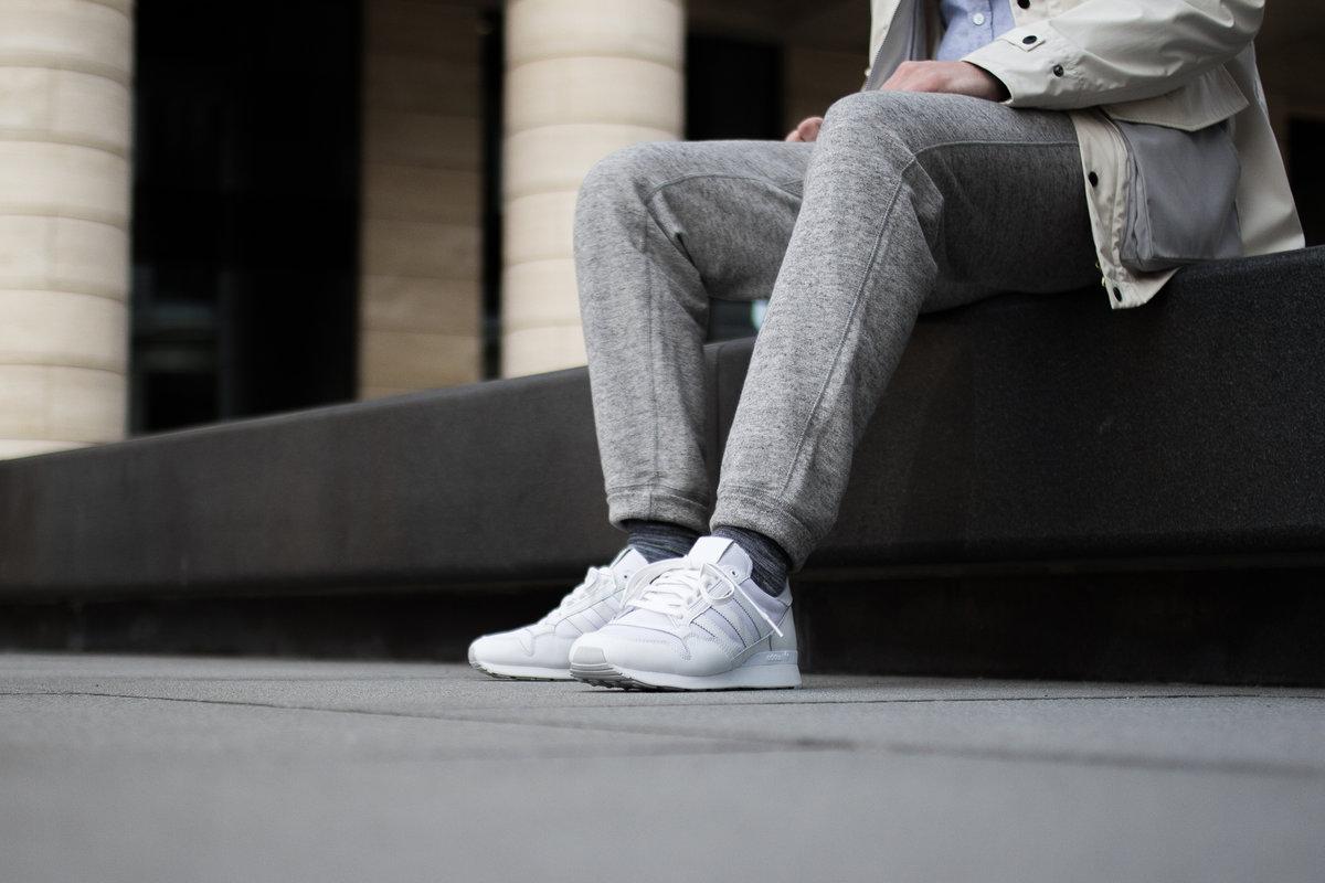 Связанные парни в кроссовках