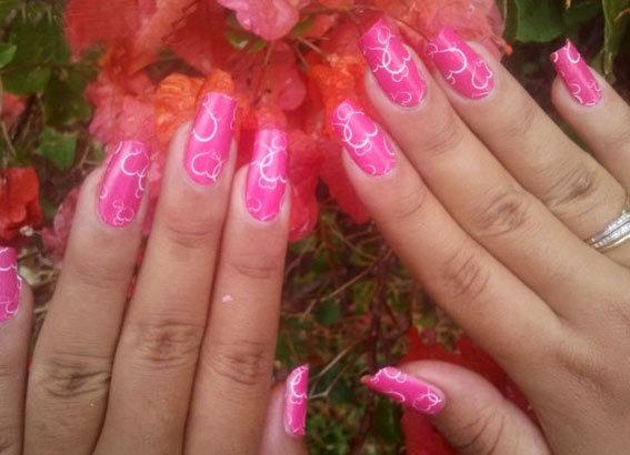 Белым лаком изобразить кружево на розовой поверхности ногтя