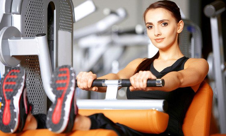 Фитнес — один из самых популярных видов спортивных занятий в современном мире. Но, в отличие от спорта, — без акцента на бодибилдинге, — целью фитнеса является не достижение рекордов, а желание вести здоровый образ жизни. В статье мы расскажем об эффектах, которые можно достичь, занимаясь тем или иным видом фитнеса, и о том, что нужно знать новичкам.
