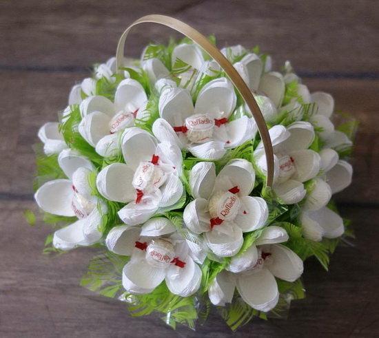 Мастерим цветы из бумаги с конфетами: подснежники с рафаэлло