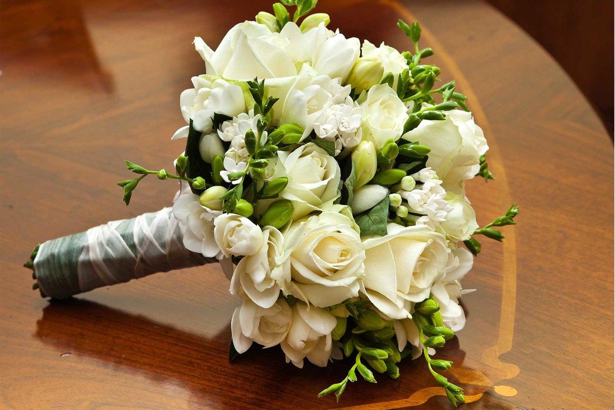 Лучшие свадебный букет с роз и фрезии, цветов