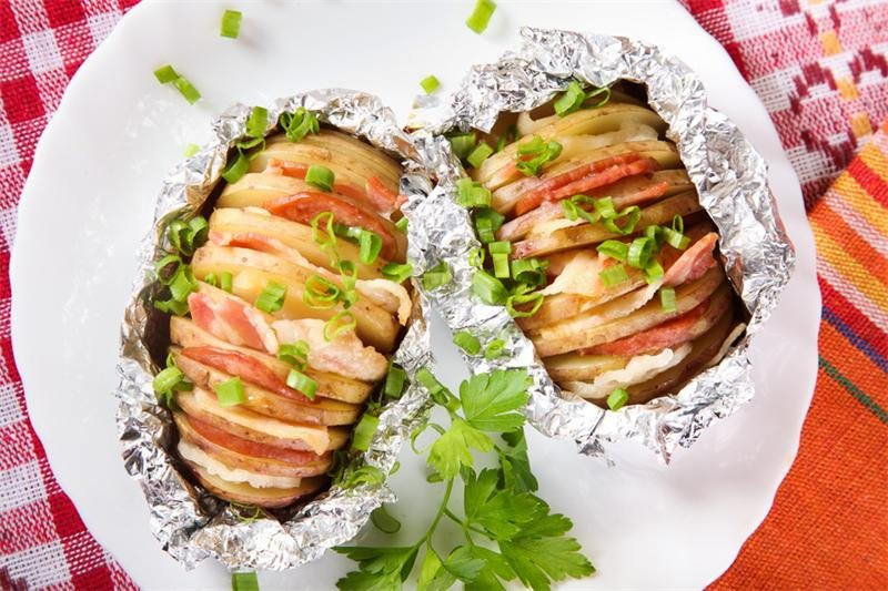 Картошка-гармошка влюбляет в себя с первого взгляда! Это блюдо очень вкусное и сытное, да еще и простое в приготовлении. А начинки можно варьировать по вкус