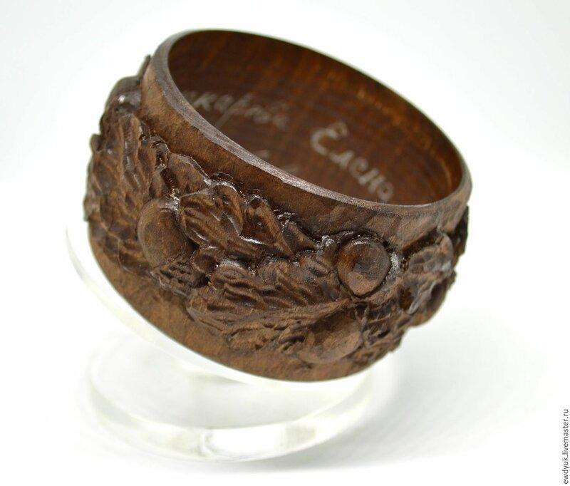 Деревянный резной браслет с желудями