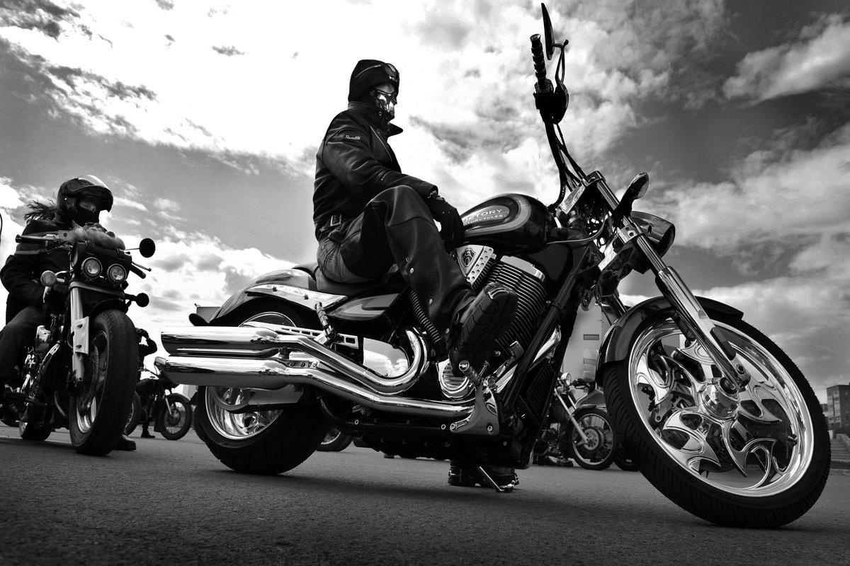 из-за высоких фото элегантный мотоциклист увы, найти оригинал