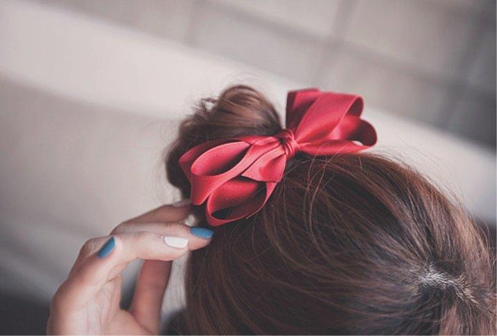 Девушка с бантиком в волосах картинки