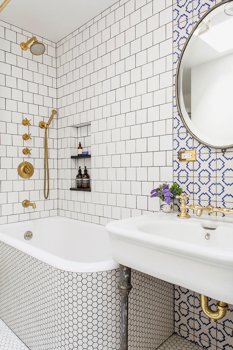 Оживить светлый интерьер ванной комнаты помогут яркие вкрапления, причём плитка может быть не только однотонной, а и с рисунком.