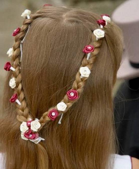Косички на распущенные волосы с заколками-розочками
