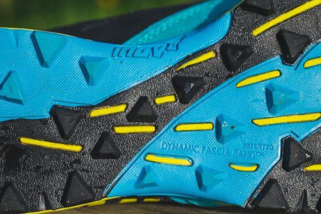 Трейловые кроссовки с протектором на подошве - идеальный вариант для зимнего бега.