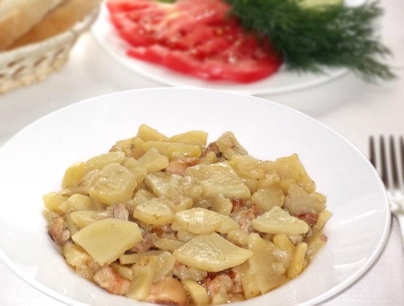 Тушёный картофель со свинной прослойкой