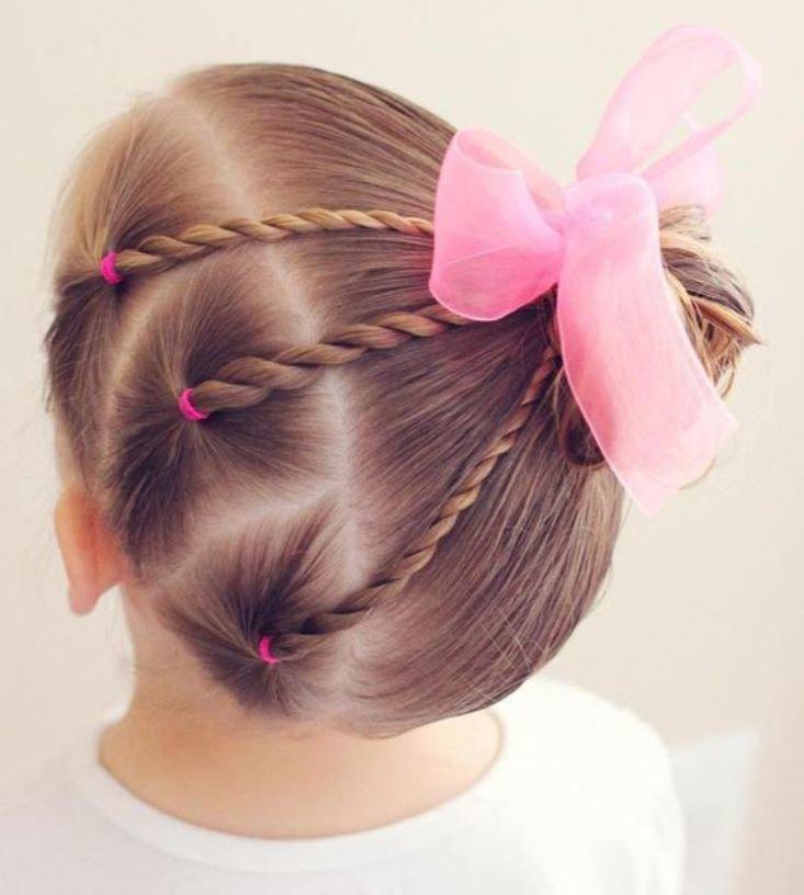 Разделив волосы на три части, сплетите из каждой обычную косу.