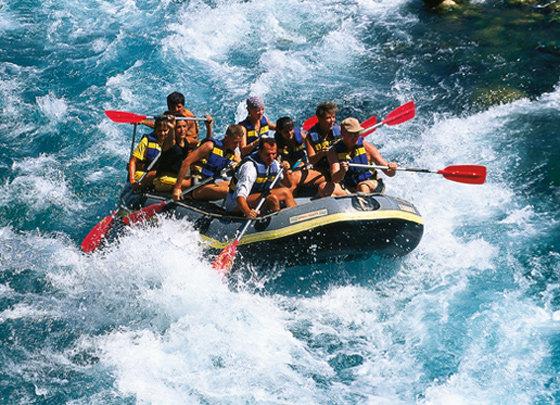 Отдыхаем с адреналином Всем любителям активного отдыха рекомендуется посетить Китай, Таиланд, Непал, Индию и Бутане. Гималайские реки издавна славятся своей скоростью течения, крутизной и большим количеством порогов. Поэтому в этих странах популярен рафтинг (вид экстремального спорта, когда группа людей на надувной лодке (рафте), байдарке или плоту спускается по горной реке с множественными порогами). Именно рафтинг удовлетворит вашу потребность в очередной порции адреналина, подарит бешеное наслаждение и увлекательные приключения на воде.