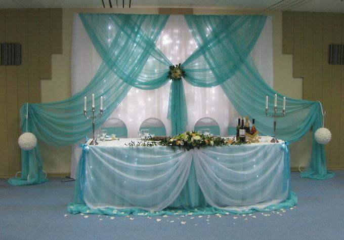 Один из наиболее простых вариантов декора свадебного стола – это оформление тканью. С её помощью можно преобразить любую деталь помещения и создать очень романтичную обстановку.