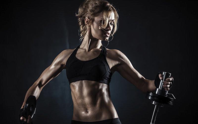 Эстетическая. Боковые мышцы формируют красивый силуэт, создают крепкий, подтянутый торс (провисающие складки по бокам тела сводят на нет весь эффект от кубиков пресса), визуально вытягивают фигуру, а у женщин еще и становятся залогом тонкой талии. Поддерживающая. Эта функция важна для организма в целом, ведь крепкие косые мышцы поддерживают позвоночник по принципу природного корсета и напрямую влияют на здоровье человека. В повседневной жизни боковой пресс почти не нагружается, а глубина его расположения не позволяет поработать над ним вместе с другими группами мышц. Поэтому придется специфически потрудиться над этой областью.