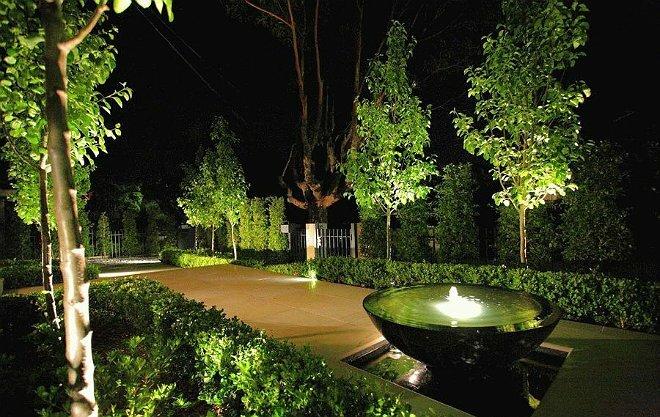 Декоративный фонтан – это прекрасная возможность дополнить дизайн дачного участка.