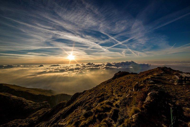 Красивый рассвет в горах