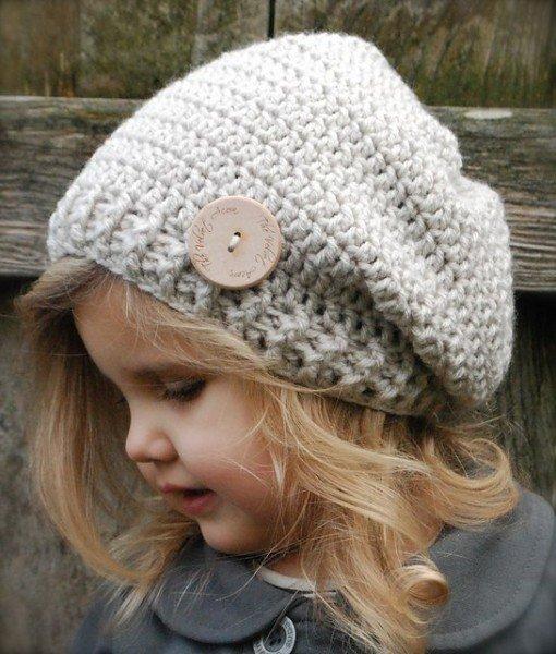 Симпатичная  шапочка для девочки украшенная пуговицей
