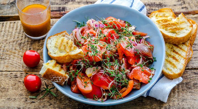 Салат из помидоров и клубники с заправкой в тайском стиле.
