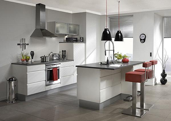 современная кухня в светло-серых тонах с островом-обеденным столом с врезанной мойкой