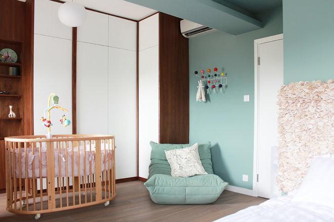 Уголок для малыша можно выделить светом или цветом, можно установить ширмы или перегородки.
