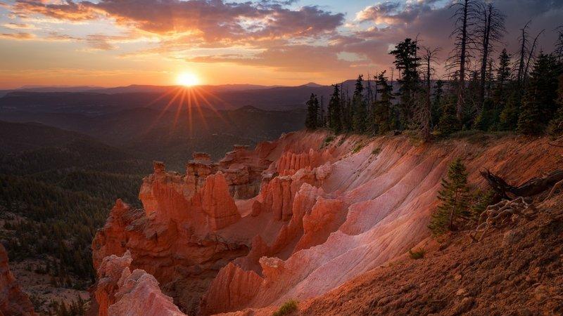 Лучи заходящего солнца освещающие каньон.