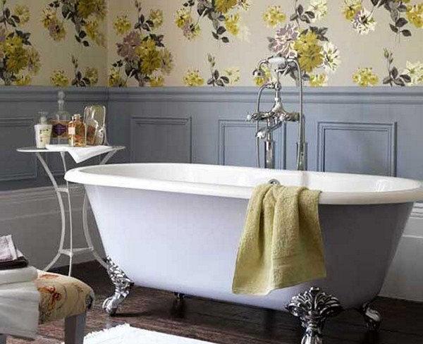 Красивые обои с цветами в ванной в стиле прованс.