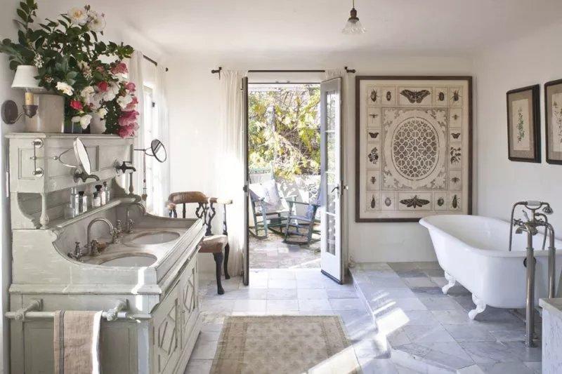 Ванные в стиле прованс оформляются в нежных оттенках.