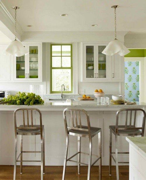 Хромированные стулья для кухни с фисташковым декором