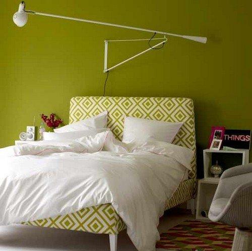 зеленые стены в спальне с маленькой кроватью, обтянутой текстилем в бело-зеленой цветовой гамме