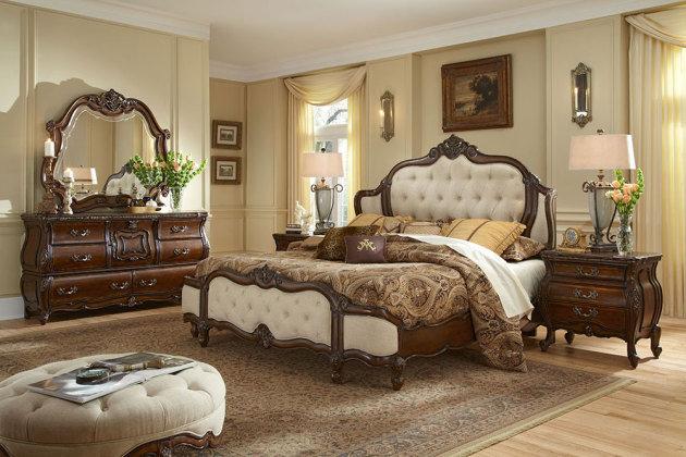Для небольшого помещения будет достаточно такой мебели, как кровать, платяной шкаф, прикроватная тумба, пуфик и туалетный столик
