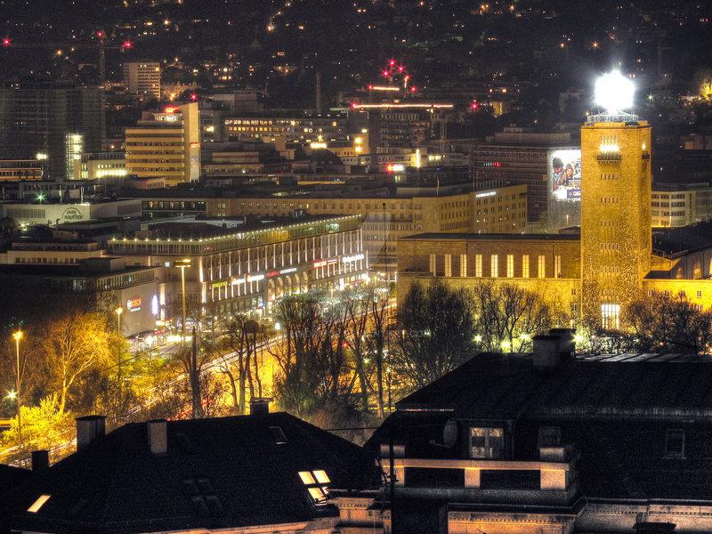 желтые фонари на зданиях города Штутгарт
