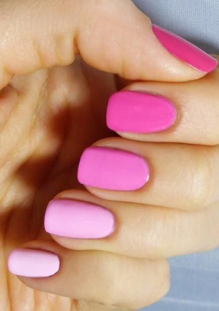 Маникюр-градиент с усилением розового к основанию ногтя и, например, серо-сиреневому цвету на кончиках, будет смотреться изысканно-элегантно с вечерним нарядом. Для такого маникюра совсем не обязательно иметь слишком длинные ногти. Главное, чтобы мастер грамотно выполнил плавный переход из одного оттенка в другой. Градиент с розовато-сиреневым основанием и черными кончиками тоже будет выглядеть весьма эффектно.