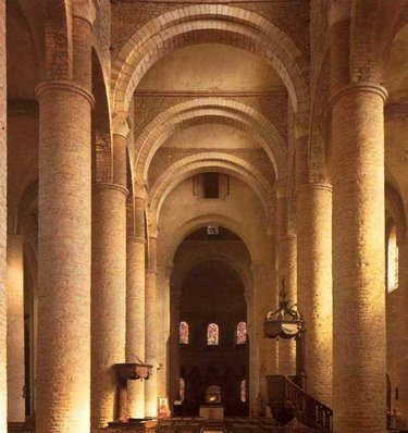 полуциркульные арки в романском стиле