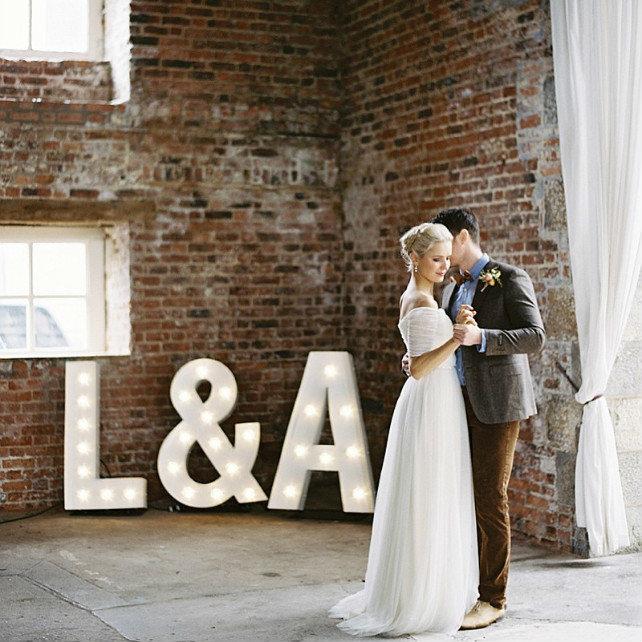 Тренд 2017 года — свадьба в стиле лофт, которая подойдет для творческих молодоженов, которые не боятся экспериментировать и стремятся к самовыражению. Узнайте об особенностях и ключевых деталях этого стиля!