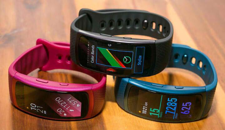 Розовый, черный и синий фитнес браслеты.