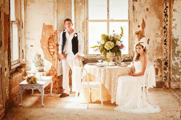 Но что обязательно должно быть из живых цветов – это букет невесты. Правда, и здесь стоит учитывать особенности выбранного стиля. Здесь точно не подойдет громоздкое сочетание огромных роз и лилий. Зато очень уместен будет букет из полевых цветов или трав. При этом его можно декорировать тканью в цвет платья и лентами.