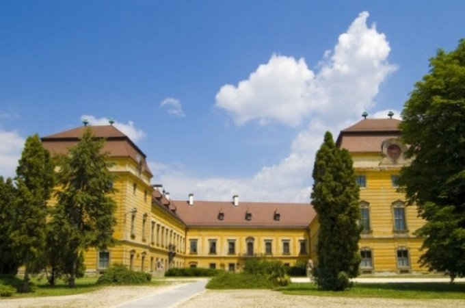 Дворец Эстерхази (Esterházy-kastély) называют «Венгерским Версалем», ведь он представляет собой шикарную резиденцию в стиле барокко, которая принадлежала княжескому роду Эстерхази. Дворец расположен в городке Фертёд на северо-западе Венгрии. Дворец представляет собой широко раскинувшееся симметричное здание в ухоженном парке. Эстерхази состоит из 126 комнат, интерьер каждой из которых поражает своей помпезностью и роскошью.
