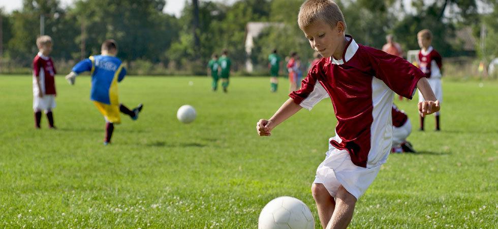 Картинки дети играют в футбол на стадионе