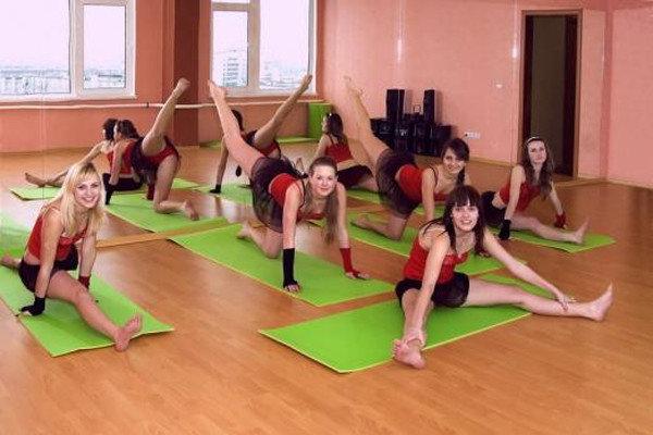 Шейпинг позитивно выделяется из всех подобных программ тем, что он идеально подходит всем желающим избавиться от лишнего веса и при этом может быть адаптирован для девушек с любой фигурой, любым весом и любым состоянием здоровья. Его плюсы — это и подборка физических упражнений индивидуально для каждого тренирующегося, и особая система питания, которая разрабатывается согласно комплексу упражнений. Тренер составит для вас индивидуальное расписание занятий и специальную систему упражнений, а также просчитает оптимальную диету, чтобы закрепить результат.