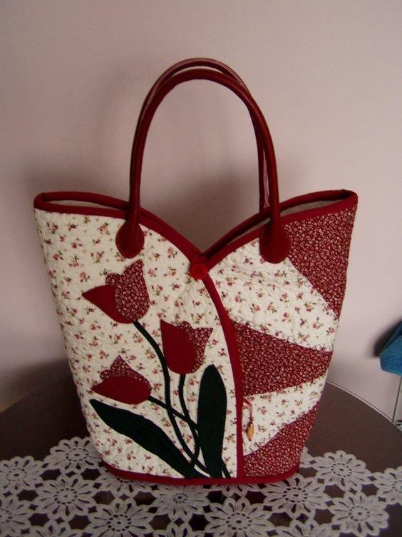 Бело-красная сумка с цветами.