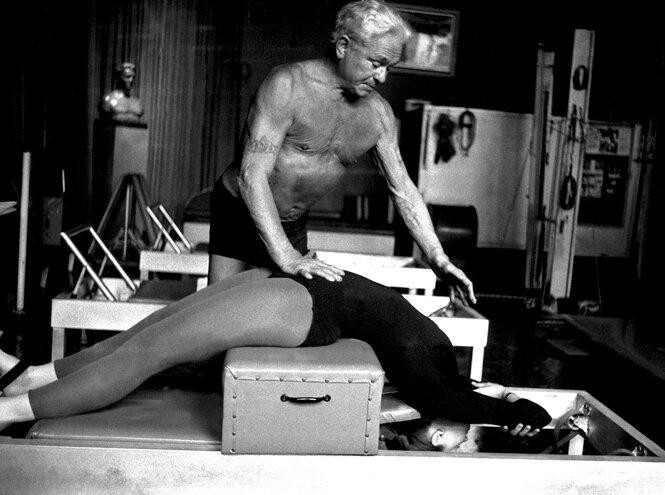 Про самые распространенные мифы о пилатесе рассказывает Денис Сычев, основатель и ведущий тренер студии персонального тренинга Pilates PMP.