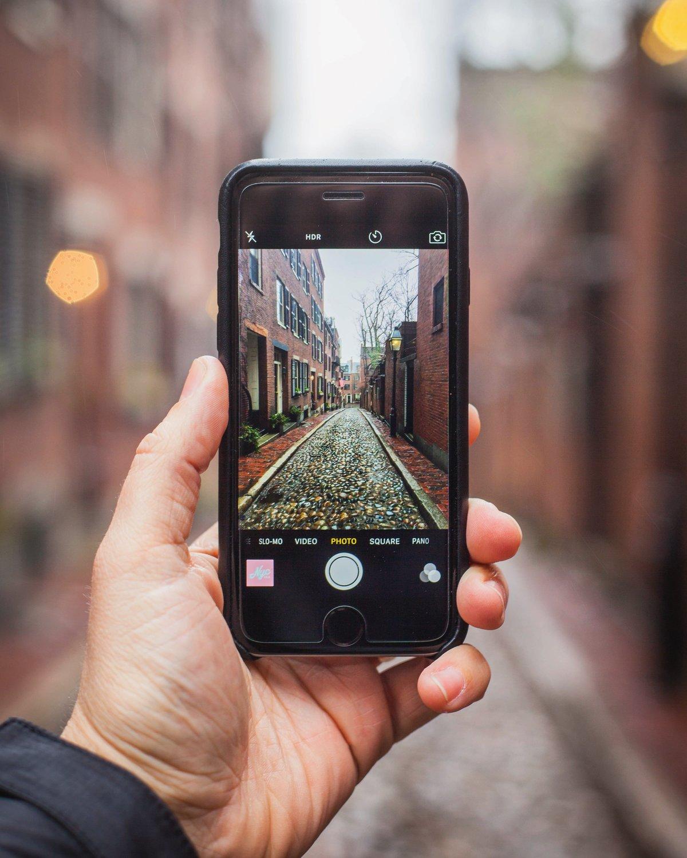 поздравляет фото с телефона для продажи на фотостоках левому