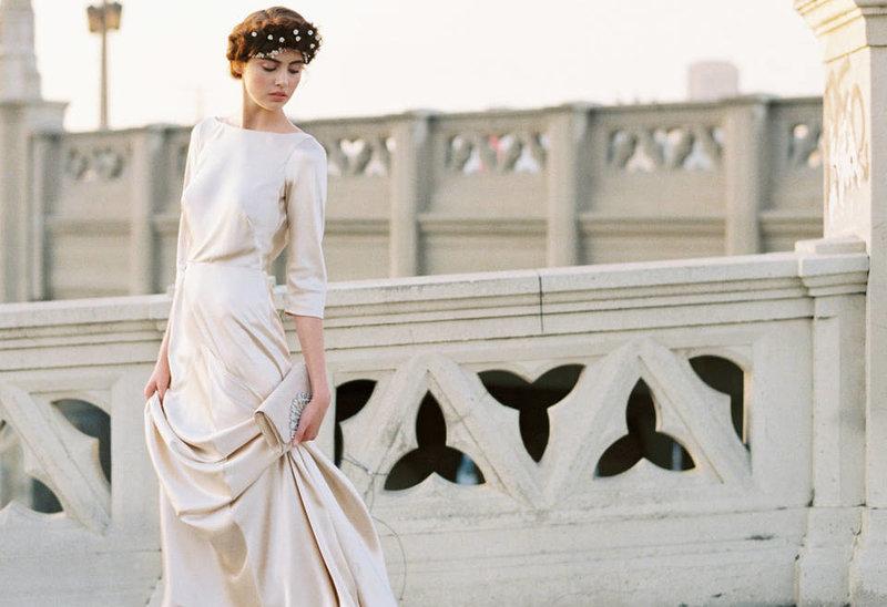 Элегантный стиль в современном образе невесты призван подчеркнуть её естественную красоту и природное очарование. Обратите внимание на то, что креативные девушки нашего времени останавливают свой выбор на красивых свадебных платьях в бежевых тонах, которые скорее похожи не на вычурный подвенечный наряд, а на стильное вечернее платье.