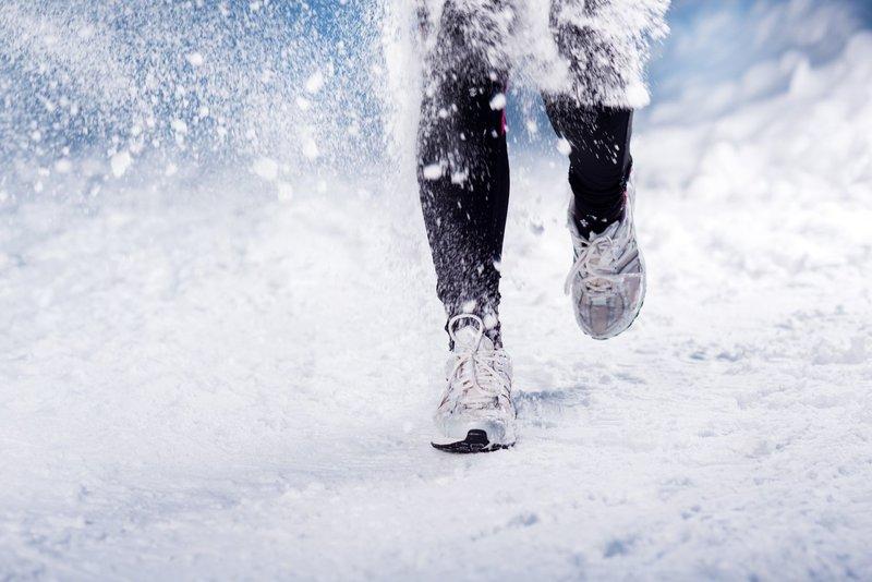 Чтобы случайно не поскользнуться при быстром беге, на подошве обуви должны быть размещены небольшие элементы для усиления контакта с дорогой.