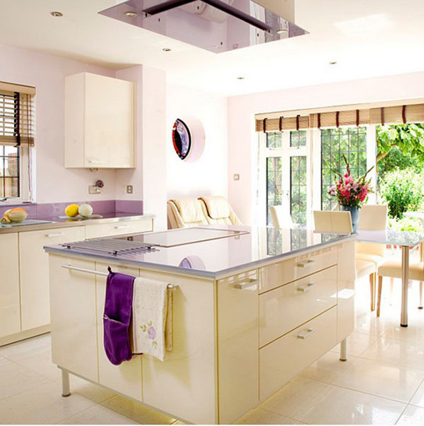 светлая большая кухня со столовой зоной и большим квадратной формы островом с варочной панелью