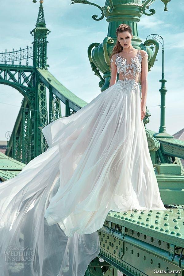 Громоздкие платья с кринолинами — прошлый век! Летящие, струящиеся ткани — на пике моды. Сегодня даже пышные юбки подвенечных нарядов выглядят воздушными, как будто сотканы из облаков