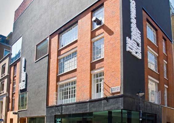 Галерея фотографов (The Photographers' Gallery). Самая крупная фото-галерея Лондона, посвященная фотографии. Здесь можно познакомиться с творчеством как уже признанных фото художников, так и молодых дарований.
